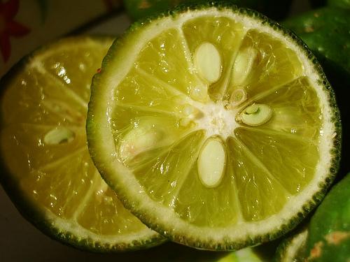 Jeruk nipis mengandung viamin C. Asam yang ada pada vitamin C jika ...
